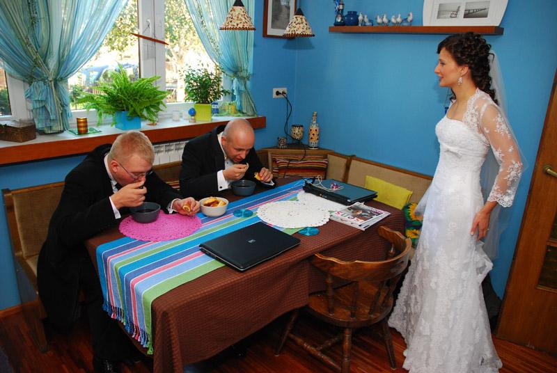 Kultowe zdjęcie - poranek przed ślubem. Ja i mój świadek - Soo - wcinamy jakąś szamę, a Mary nas pogania. Potem będzie głodna :P Widać za to doskonale niebieskie ściany i ławę. Stół wydaje się mały, ale to kwestia ujęcia :)