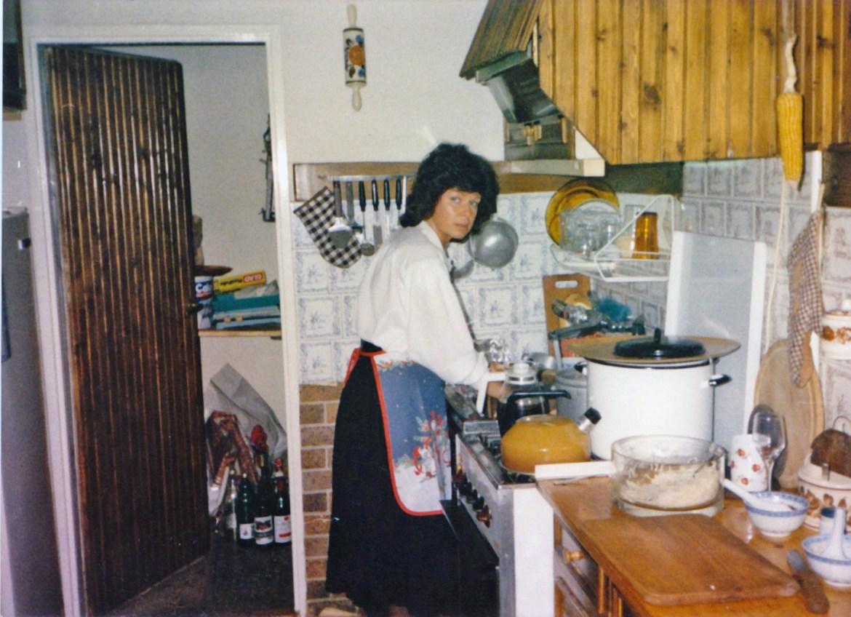 Nie wiem który to rok, ale raczej końcówka lat 80. Widok na spiżarkę, Mama coś pichci :)