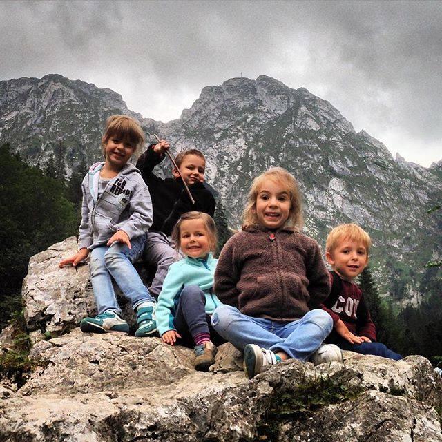 Cała dziecięca ekipa na Sarniej Skale. Byli zafascynowani widokami!