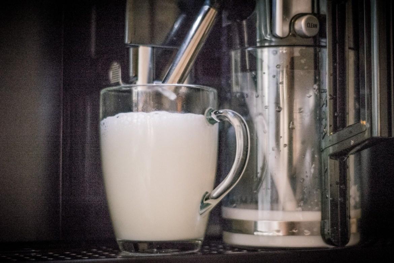 Proces przygotowania kawy dla Marysi wygląda tak. A potem spada kilka kropel kawy ;)