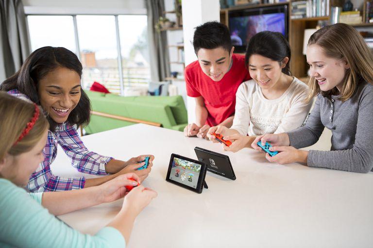 NintendoSwitch_MarioKart8Deluxe_lifestyle_01-59946e17054ad900110a54e6