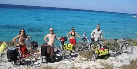 Charlie e Rob pedalando por Cuba