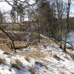 Elva Ätran renner nedenfor borgen.