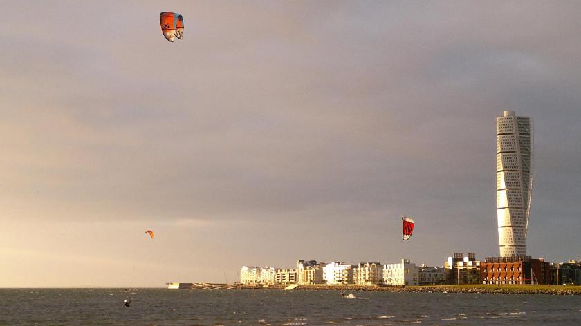 Kite Surfere ud for kysten i Malmö, Sverige