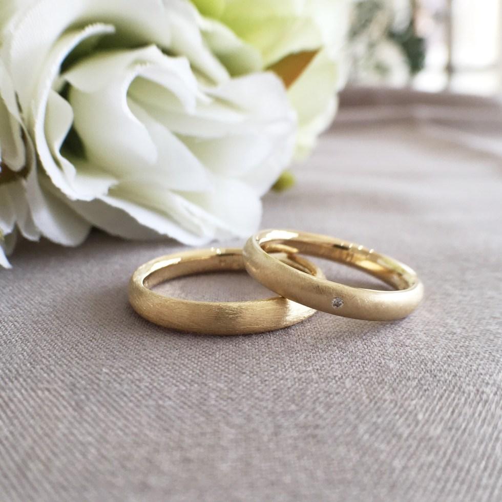 ウェーブデザインのイエローゴールドの結婚指輪結婚指輪