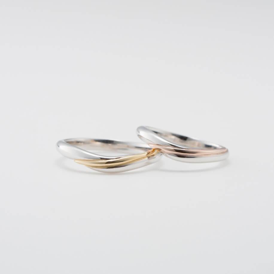 コンビリングのV字の結婚指輪