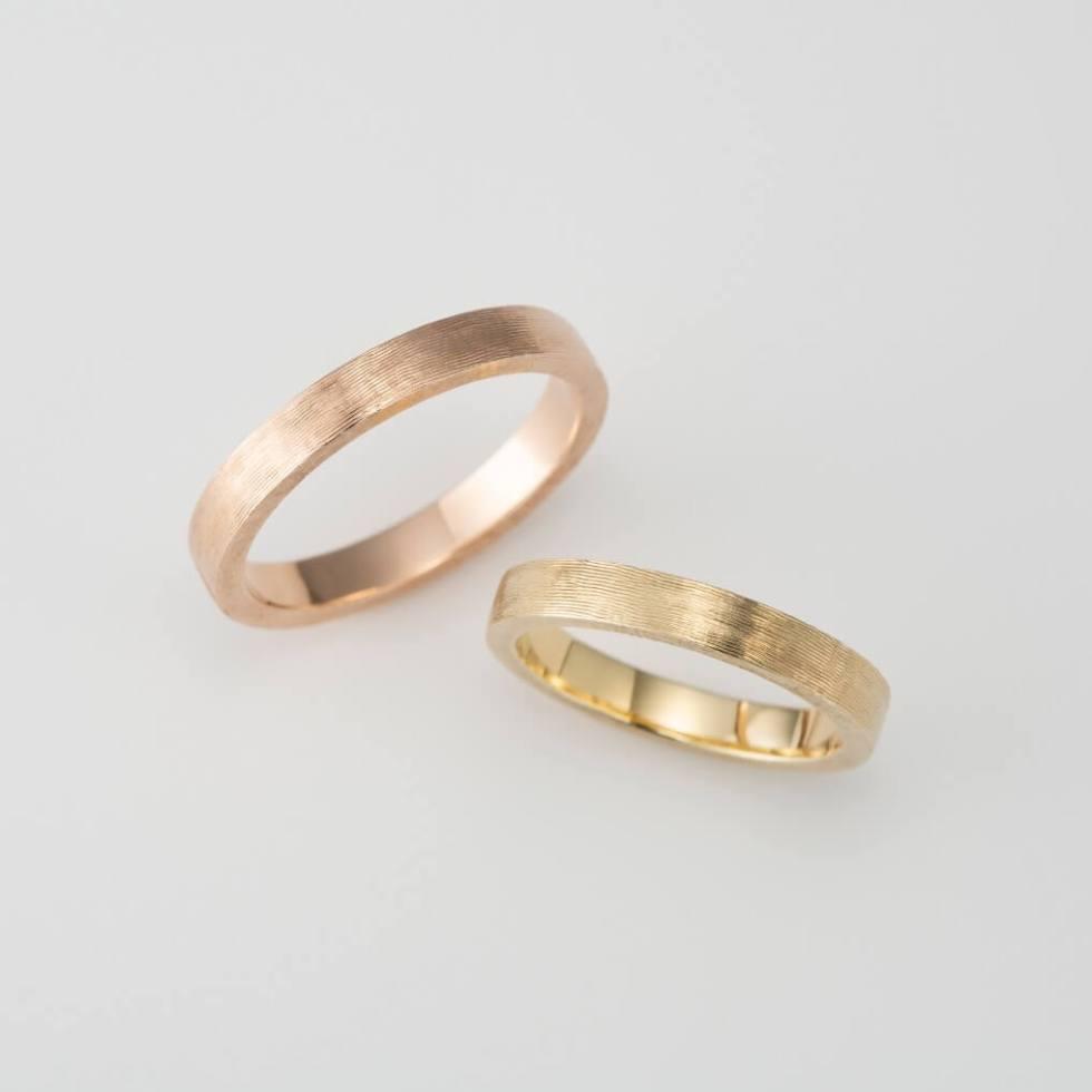ライン彫りのゴールドの結婚指輪
