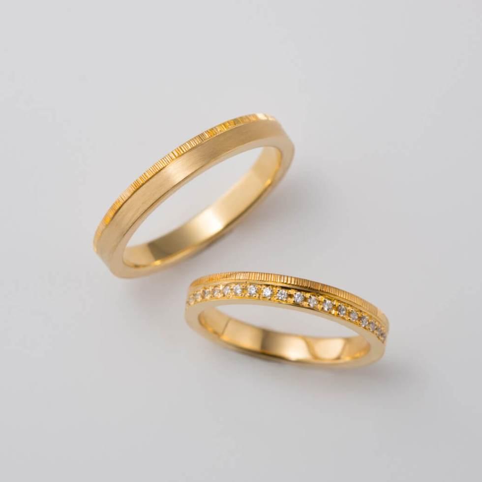 彫り模様のゴールドの結婚指輪