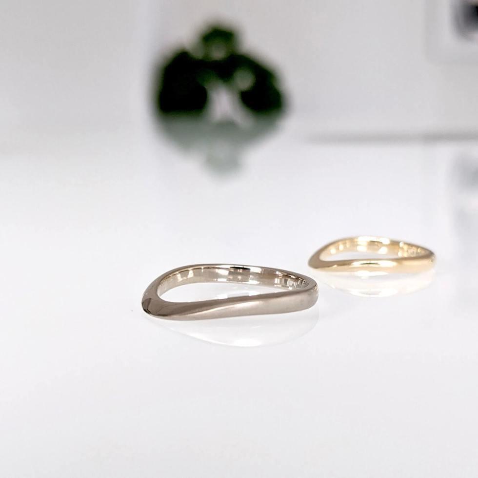 細身のS字デザインのホワイトゴールドの結婚指輪