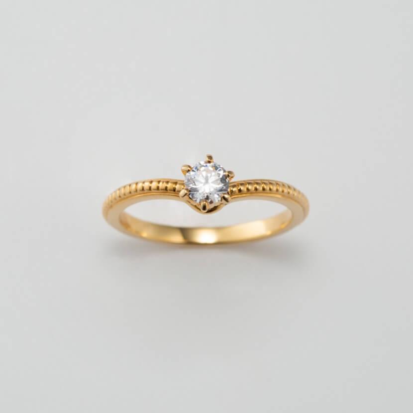 V字フォルムのクラシックな婚約指輪