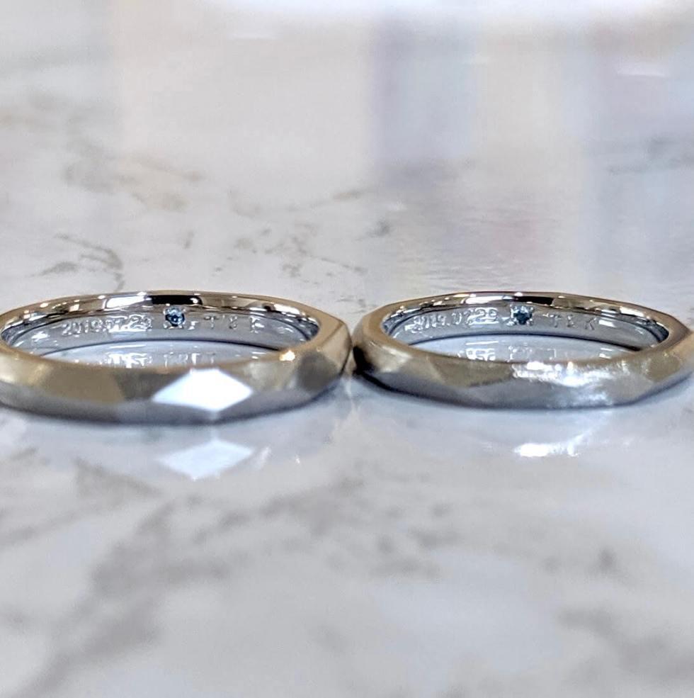 内側(裏側)にトパーズをあしらった結婚指輪