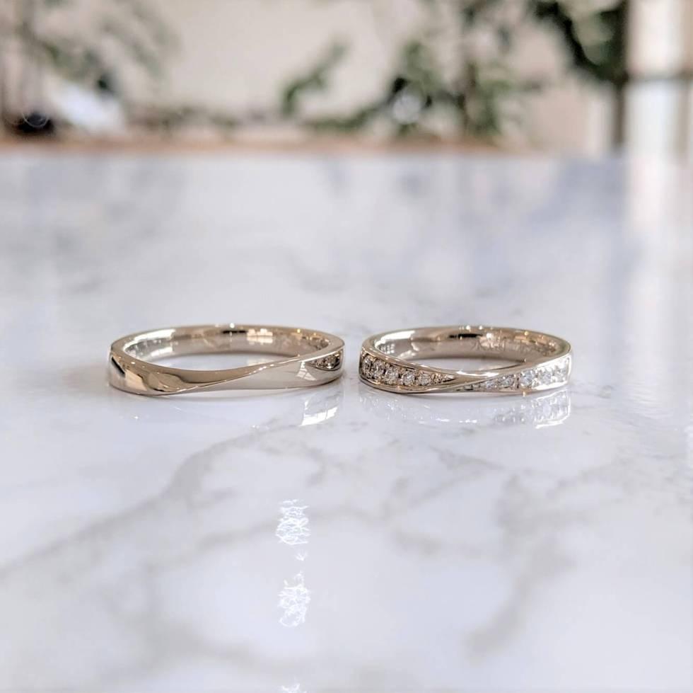 ホワイトゴールドのリボンフォルムの結婚指輪