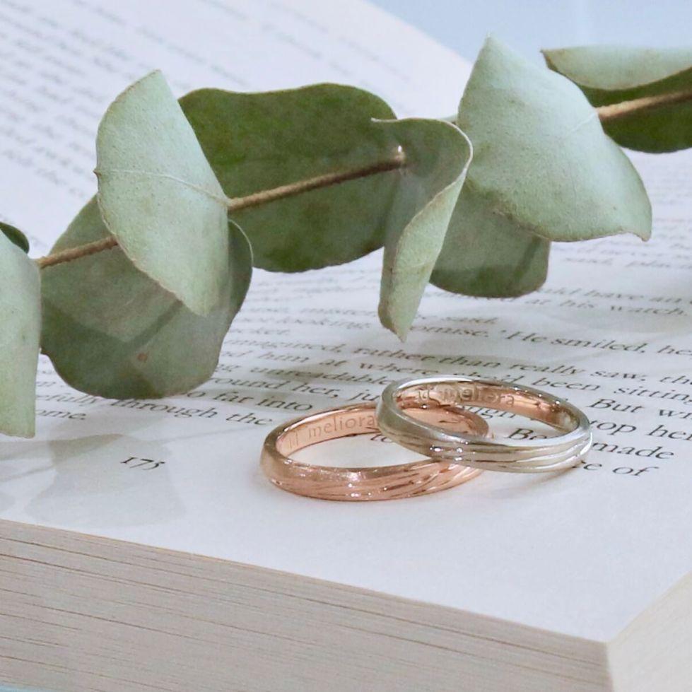 彫り模様を施した色違いの結婚指輪