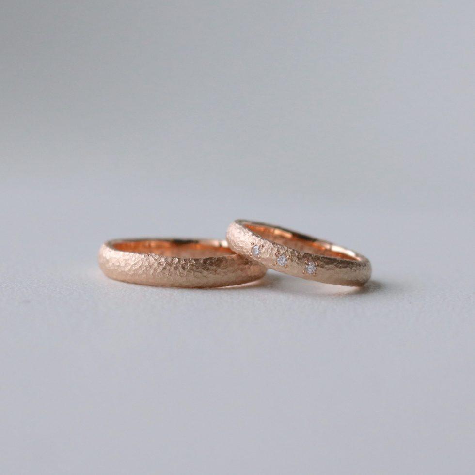 ダイヤモンドをあしらった鎚目の結婚指輪