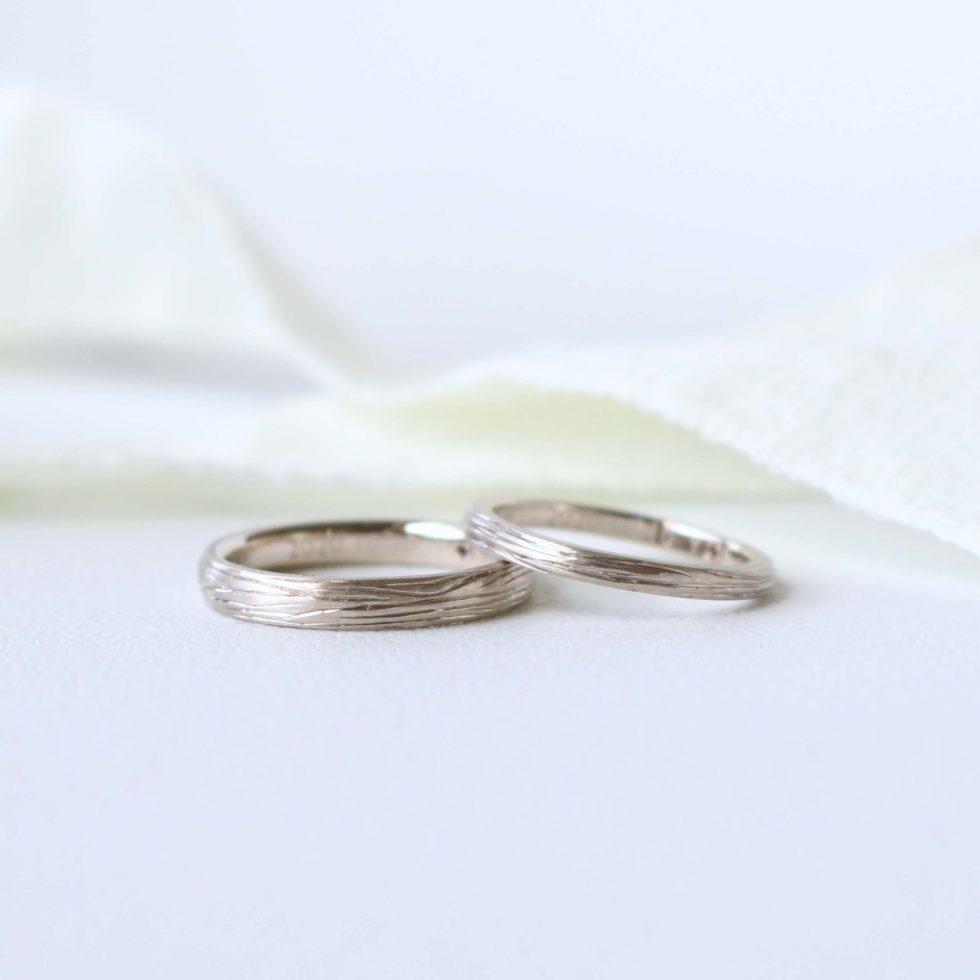 木の彫り模様を入れた甲丸の結婚指輪