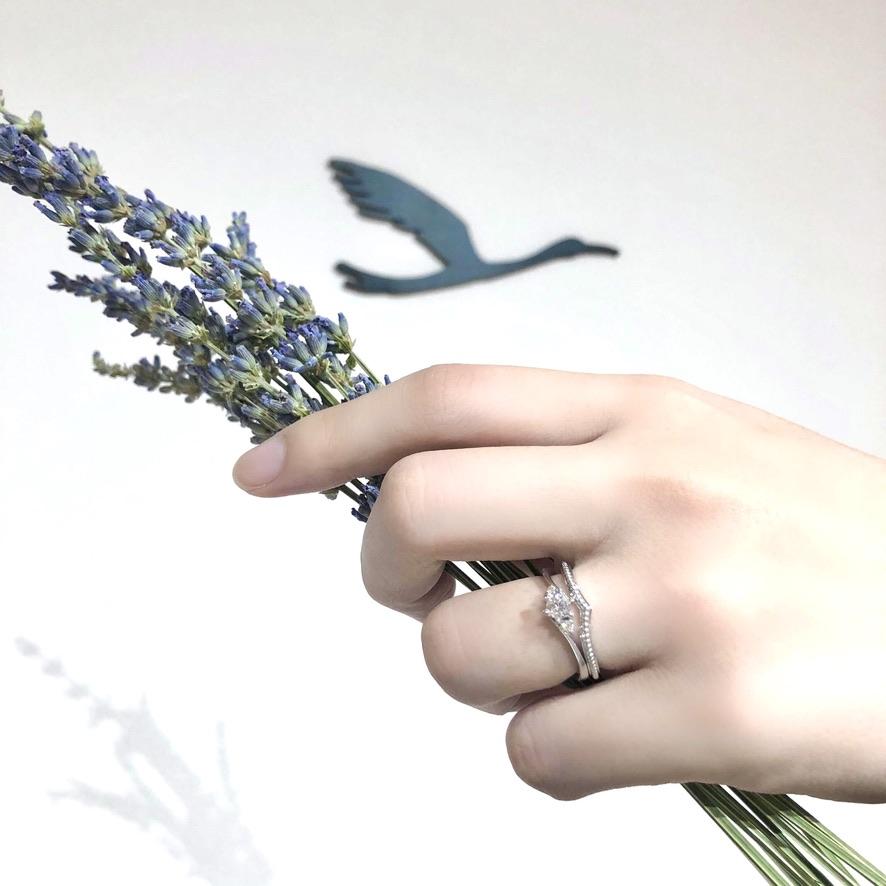ウェーブデザインの結婚指輪と婚約指輪の重ね付け