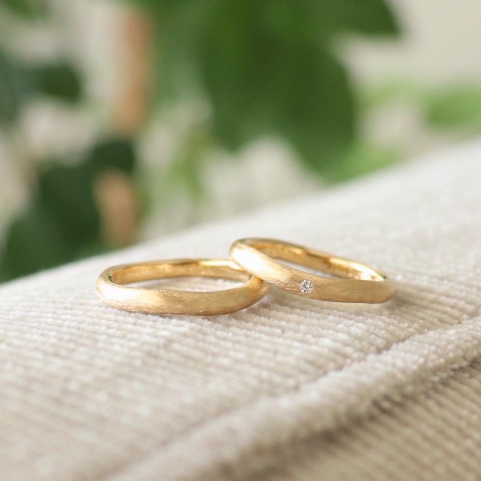 婚約指輪との重ねづけもたのしめるマットなカーブデザインの結婚指輪