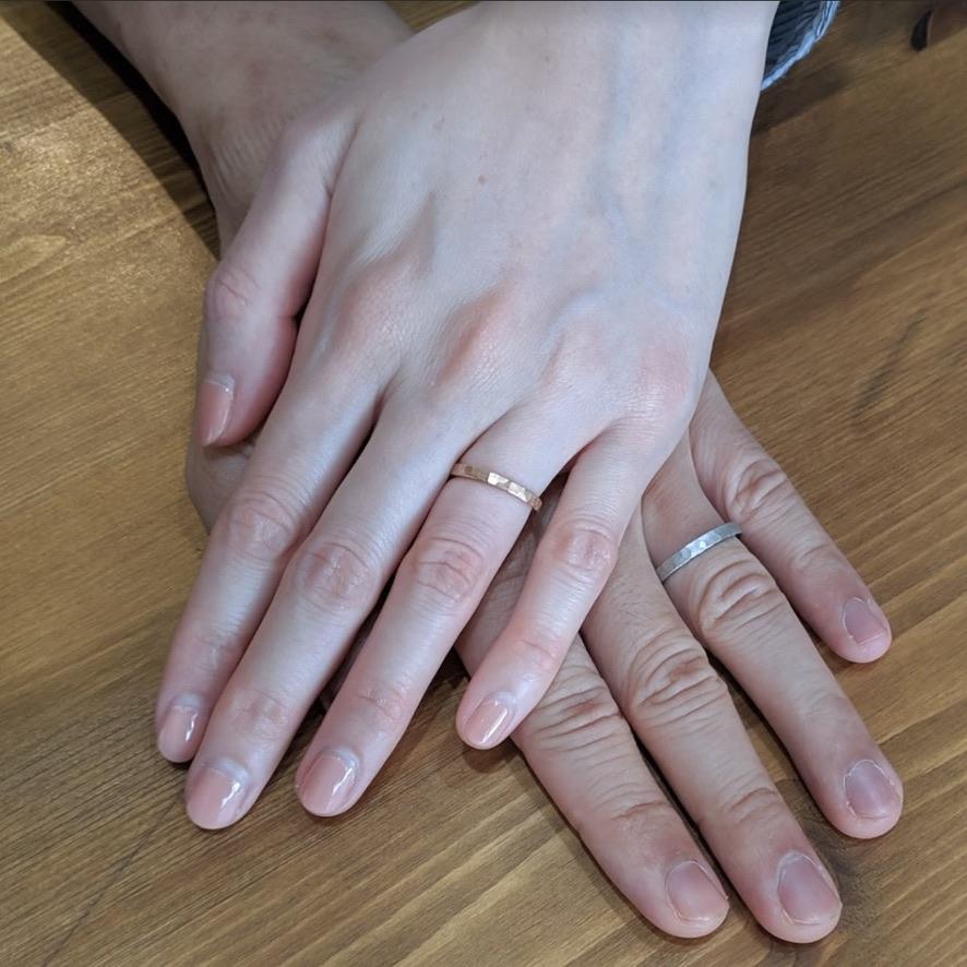 槌目の結婚指輪を着けたお客様の手