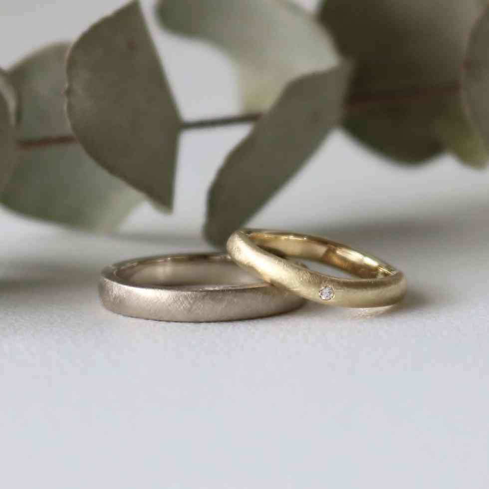 ホワイトゴールドとイエローゴールドの色違いの結婚指輪