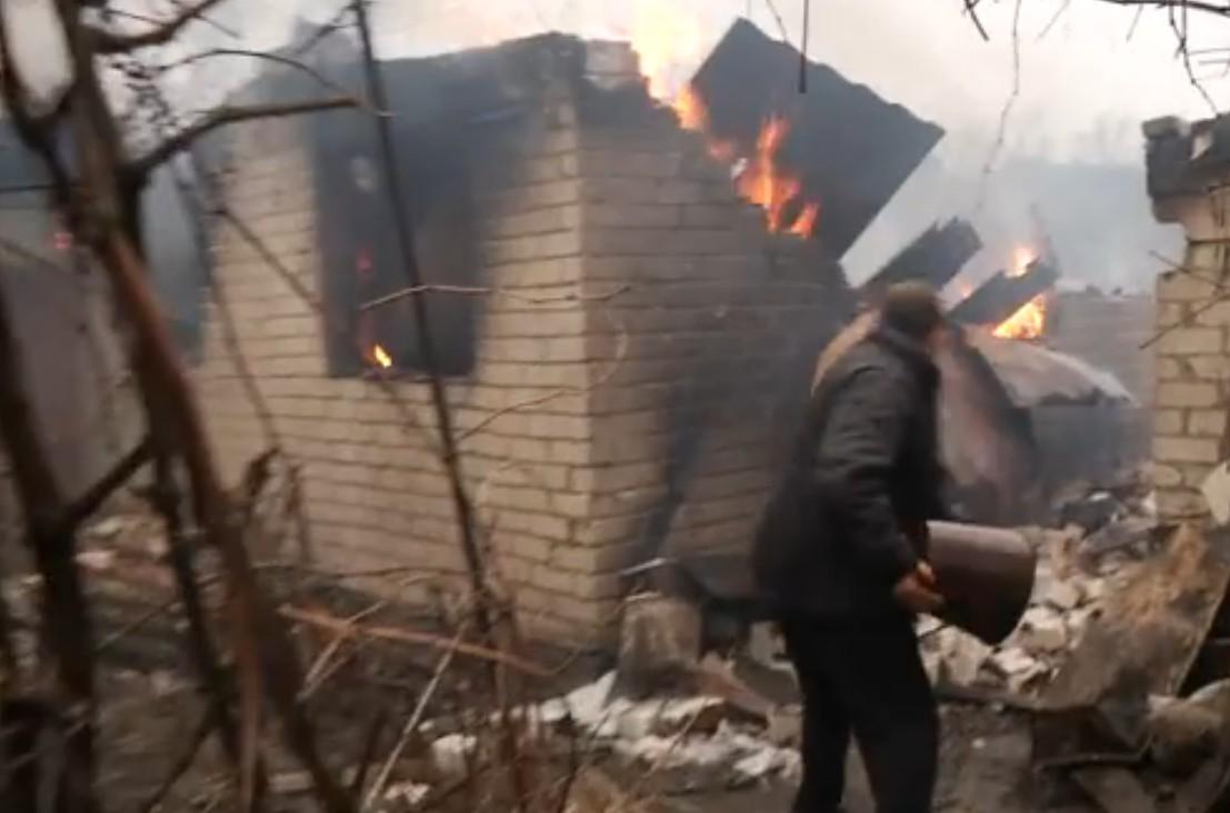 Журналісти показали,як гасили будинки в Авдіївці після обстрілу