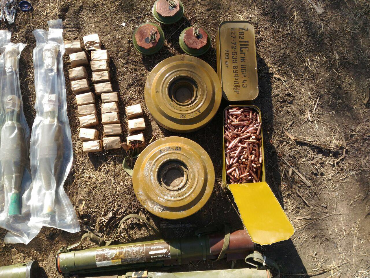 В зоні АТО було виявлено дві схованки з боєприпасами та вибухівкою