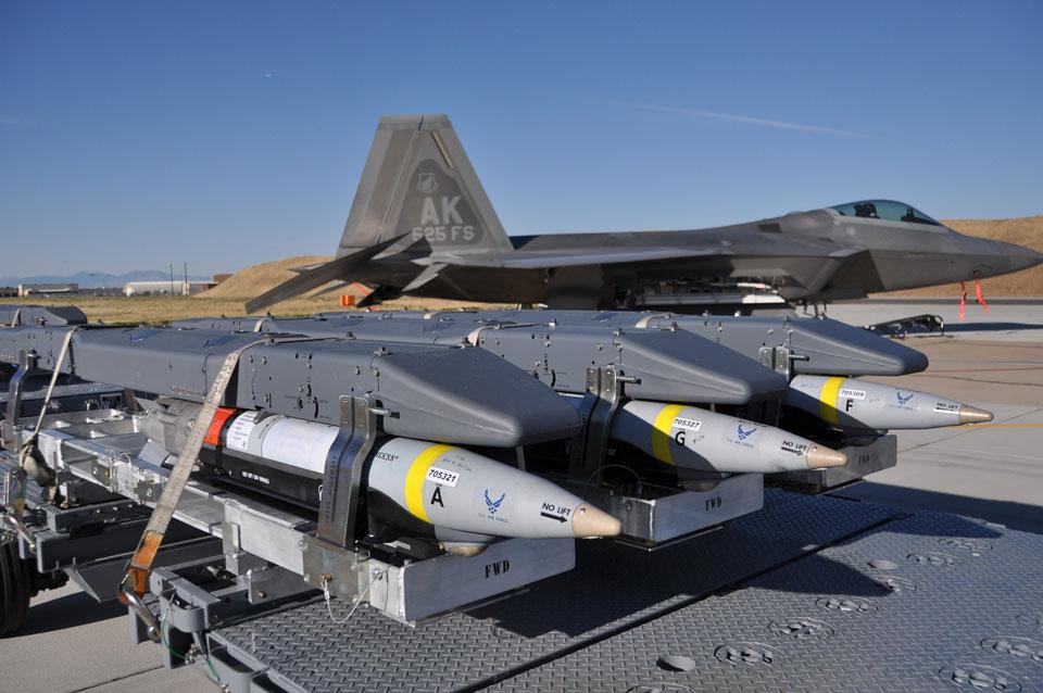 Стройові ескадрильї F-22 освоїли застосування GBU-39