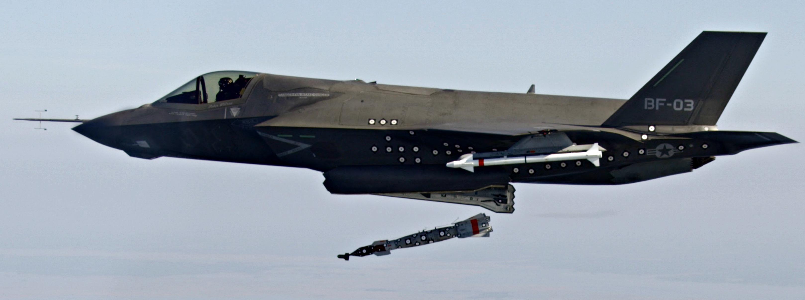 """Хід  реалізації в США програми створення тактичного винищувача F-35 """"Лайтнінг-2"""""""