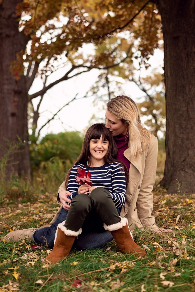 Family session for a mom with her young daughter at Lincoln Park Zoo in Chicago in the fall by family photographer Mila Craila Photography