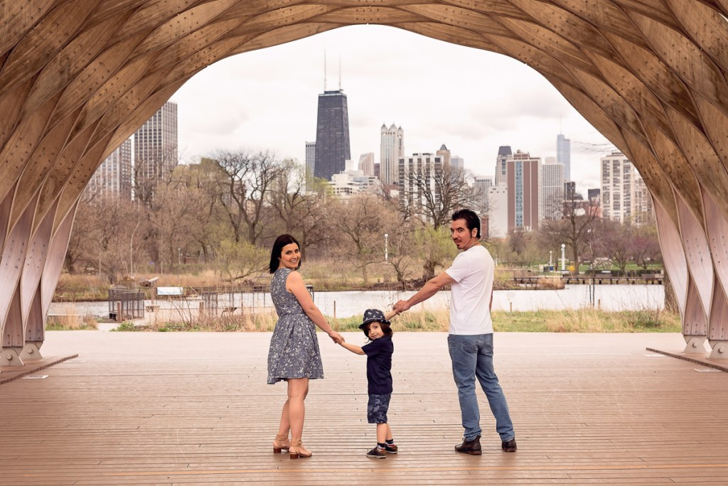 Family session for parents with a boy at Lincoln Park Zoo in Chicago in the summer by family photographer Mila Craila Photography