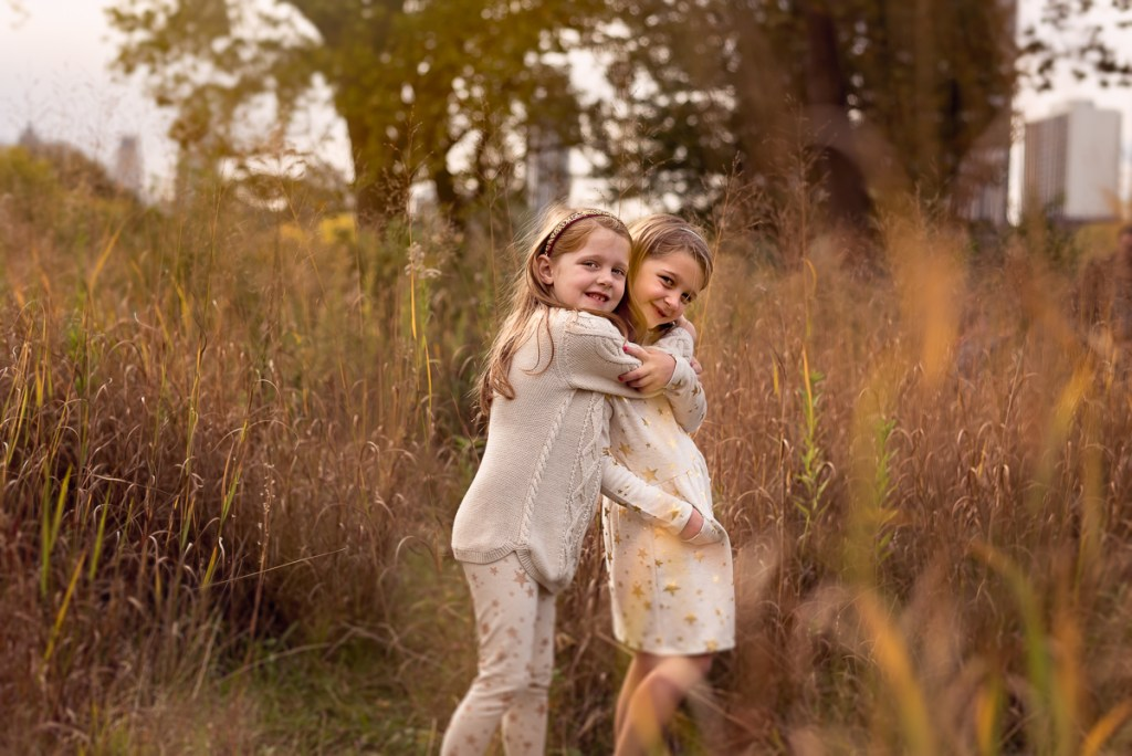 Two sisters at Lincoln Park Zoo in Chicago in the fall by family photographer Mila Craila Photography
