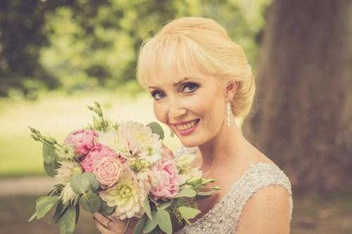 Svadba v Bratislave, v Sade Janka Krala so svadobnou kyticou