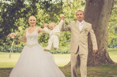 Svadba v Bratislave, v Sade Janka Krala, pri stromoch s dietatom