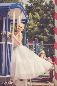 Svadba v Bratislave, v Sade Janka Krala v centre volneho casu aupark, pozujuca nevesta