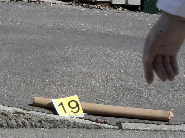 Il manico del piccone con cui Kabobo ha ucciso tre persone aggredite all'alba dell'11 maggio 2013 per strada, a Milano (Ansa)