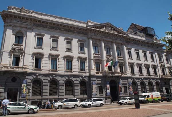 Bandiere a mezz'asta negli edifici comunali di Milano per i funerali di Stato delle vittime di Genova