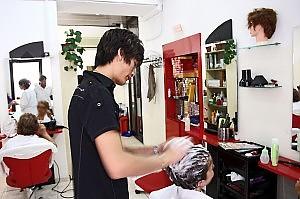 Giro di vite su igiene, orari e prezzi i coiffeur cinesi nel mirino a Milano