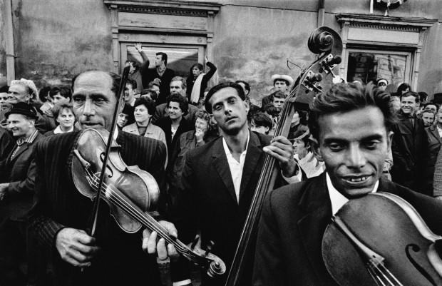 Gli 'Zingari' di Josef Koudelka un viaggio fra rito e malinconia