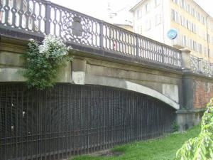 Quello che rimane del ponte sul Tumbun, all'incrocio tra Via S. Marco e Via Castelfidardo (foto di Robert Ribaudo)