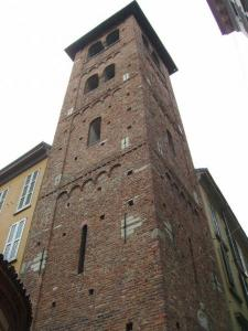 Scorcio del campanile di S. Satiro dalla Via Mazzini, ang. Via Speronari (foto di Robert Ribaudo)