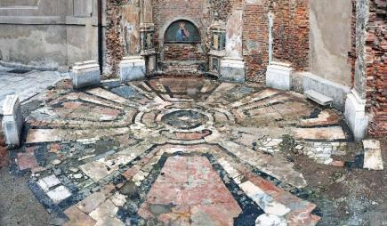 Il pavimento intarsiato, così come si presentava subito dopo il ritrovamento (foto giornale dell'arte)