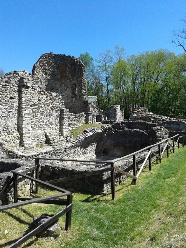 Resti della chiesa di S. Giovanni Evangelista e la vicina cisterna romana (foto di Robert Ribaudo)