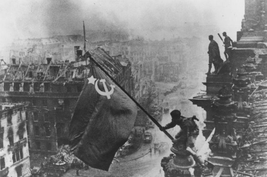 I russi conquistano il Reichstag, la sede del governo tedesco.