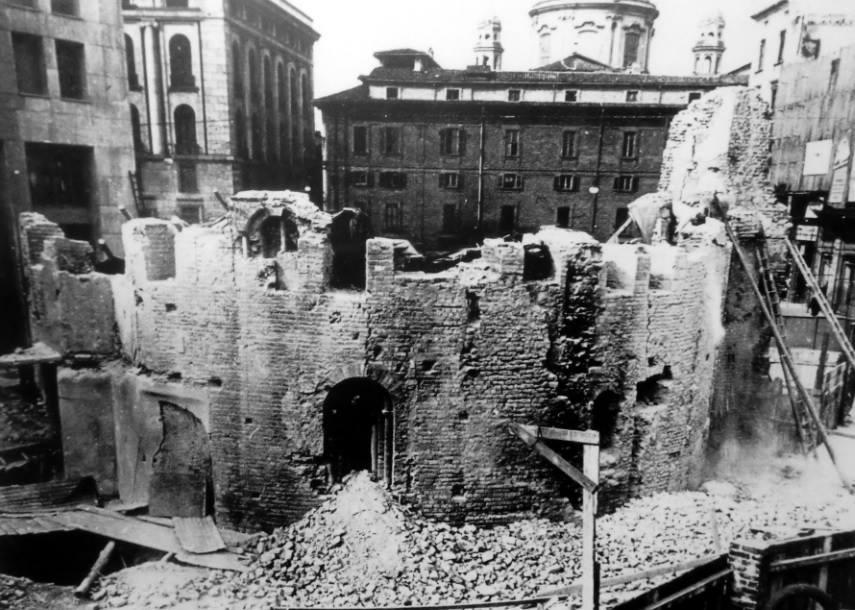 La chiesa in via di demolizione con i resti dell'abside ancora oggi presenti su Piazza Missori
