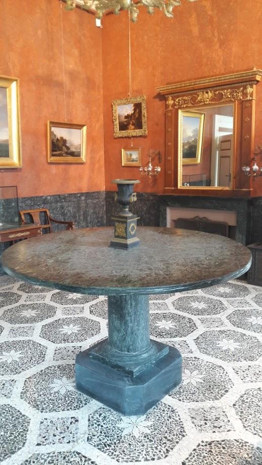 Una sala con una serie di arredi dell'epoca (foto di Robert Ribaudo)