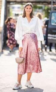 как стильно носить юбку под белую рубашку