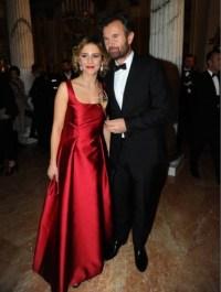 красном вечернем платье от Alberta Ferretti