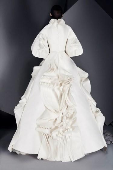 свадебное платье с объемной юбкой с воланами и руковами Ashi Haute Couture