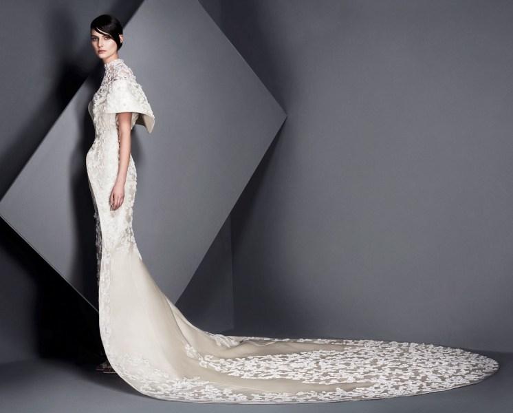 свадебное платье с длинным шлейфом юбкой Ashi Studio