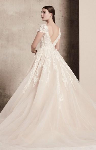 Elie Saab bridal 2018 свадебное платье с объемной вышивкой открытой спиной и руковом