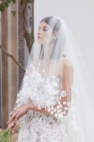 свадебное платье и фата с вышивка цветы на тюли и вышитым топом Oscar de la Renta Spring 2018